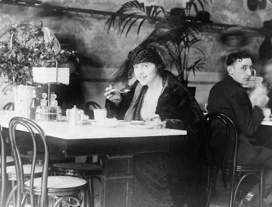 LoCWomanatRestaurantca1914